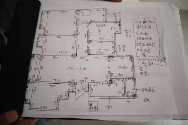 1、要注意铺贴材质的区分和铺贴方法,并确定起铺点位置和排列。 2、厨柜、吊柜用虚线画出来,根据相应的尺寸进行绘制。 3、厨柜、吊柜中有开关、插座的,要画出具体位置和标注尺寸。 4、设计师要注意厨柜地柜后的墙砖,可征求客户是否铺贴或是否更换价格差异性的砖。 5、应考虑铺贴墙、地砖时,注意家俱和旁边的材质收口和自然结合的结构。 6、油烟管道更改位置时,应将新位置的尺寸和点位标注清楚。 7、墙砖与吊顶的结构,按先铺贴墙砖,后吊顶的方法进行绘制。 8、开关插座的位置、数量和尺寸应并标注清楚,普通插座距地300mm