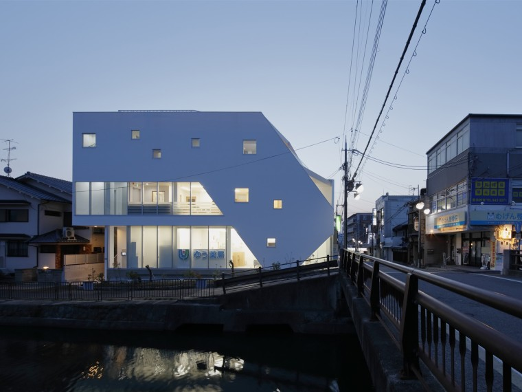 日本不规则几何造型的小鹿之家