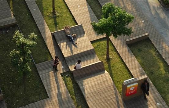 公园旁翻折的木制地板