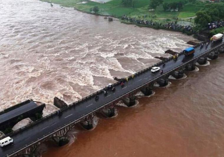印度高速路桥梁坍塌至少40人失踪落水