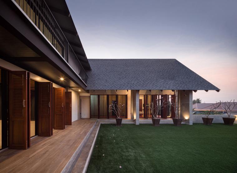 泰国现代田园式住宅外部实景图 (13)