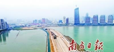 """港珠澳大桥真正""""登陆""""内地"""
