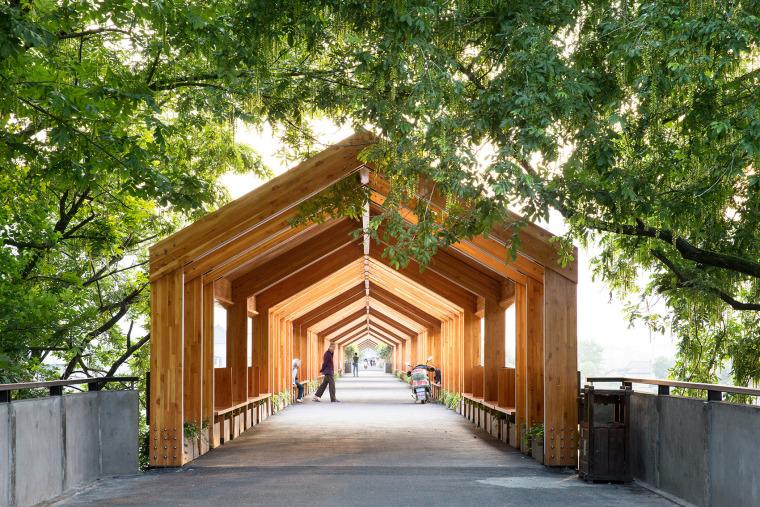 独特的自然石门廊桥景观
