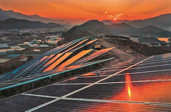 福建最大光伏发电站22万块太阳能电池板成金色梯田