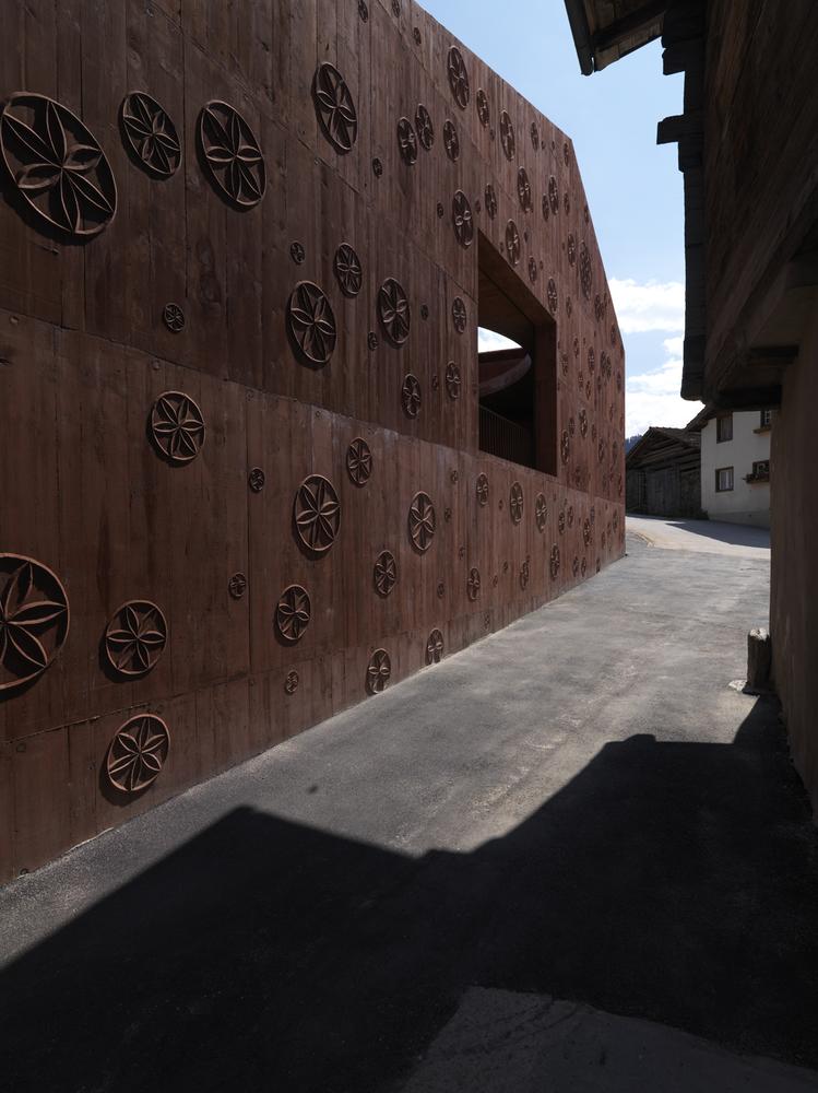 瑞士谷仓中的冥想建筑-3
