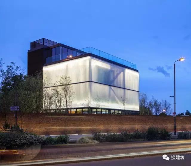 """27米长的""""空中泳池"""",在两栋大楼的第10层连接在一起,中间完全_58"""