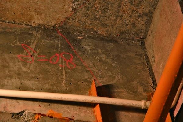 黔南州瓮安县城一栋楼房现2900多条裂缝