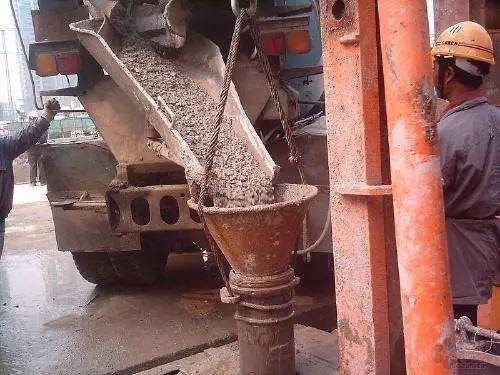 桩基础施工灌注水下混凝土时该怎样防止断桩?
