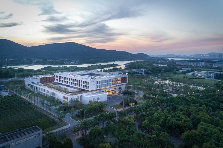 007-on-the-water-side-medical-college-building-of-jiangnan-university-china-by-tjad