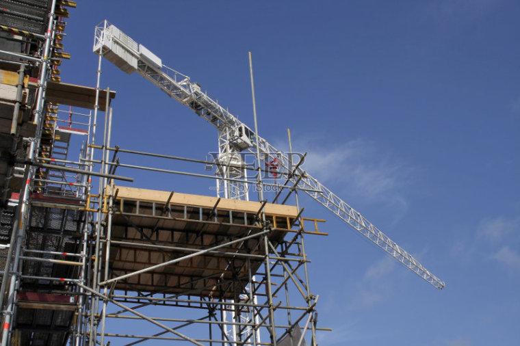 避雷引下线利用构造柱主筋引下时,屋面板到女儿墙顶的高度是否需
