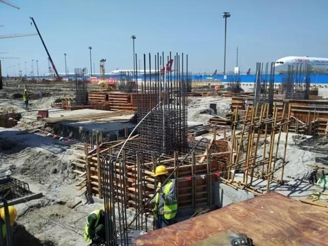世界最大机场卫星厅——浦东机场卫星厅钢结构顺利开吊
