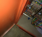 整改前:配电箱门跨接地线未接到接地排上。(箱门上有仪表必须要跨接地线)
