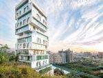 遥望天际线的层叠式住宅大厦