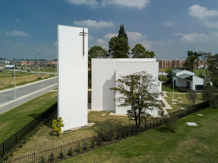 白色的圣塞西莉亚社区教堂-6