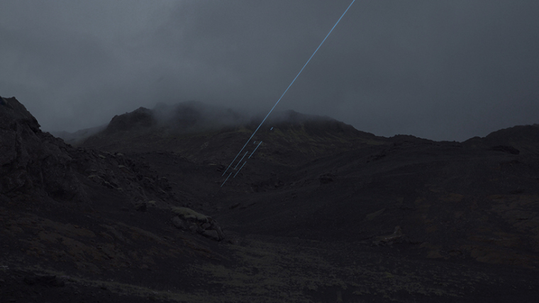 山谷和森林间的光束装置-lucid-film-3hund-desingboom-02