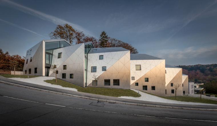 卢森堡山地上的集合住宅-3