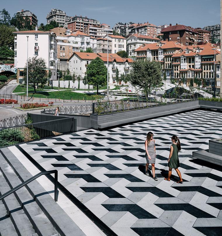 西班牙几何铺筑改造历史性的广场