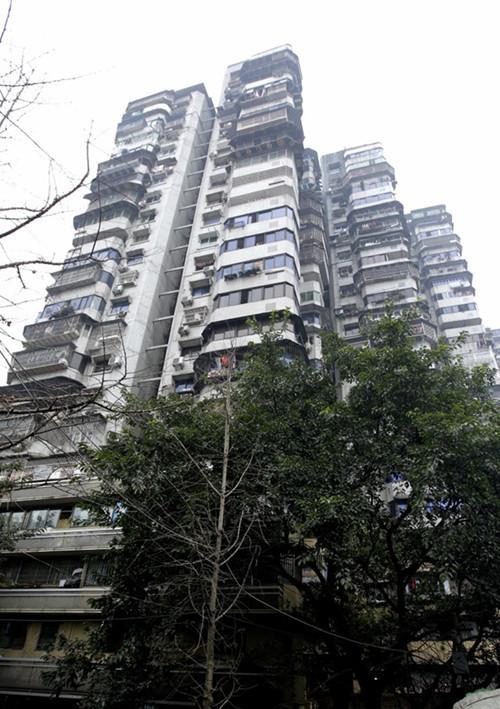 8D重庆又现网红建筑 24层楼没有电梯 3个出口通三条街