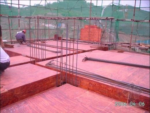 别墅主体斜坡屋面钢筋、模板施工质量图片