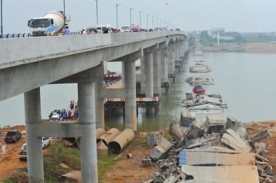 江西桥梁垮塌多人受伤 施工人员从高空坠落部分车辆被掩埋