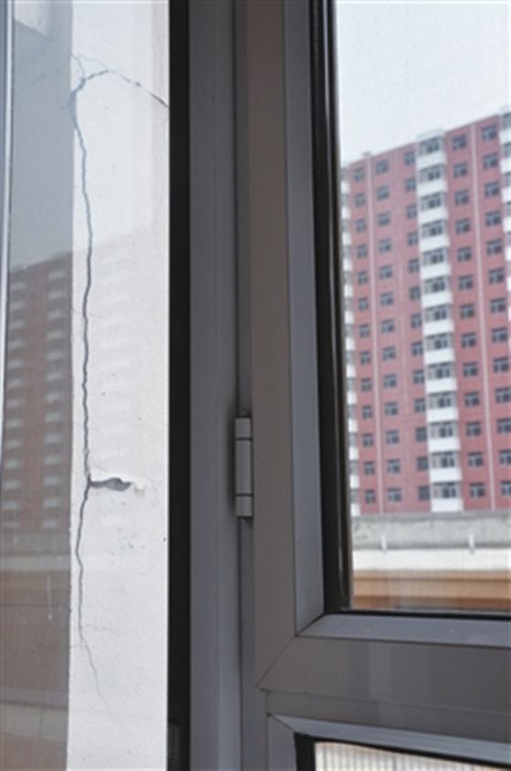 入住不到三年,居民家阳台墙体开裂