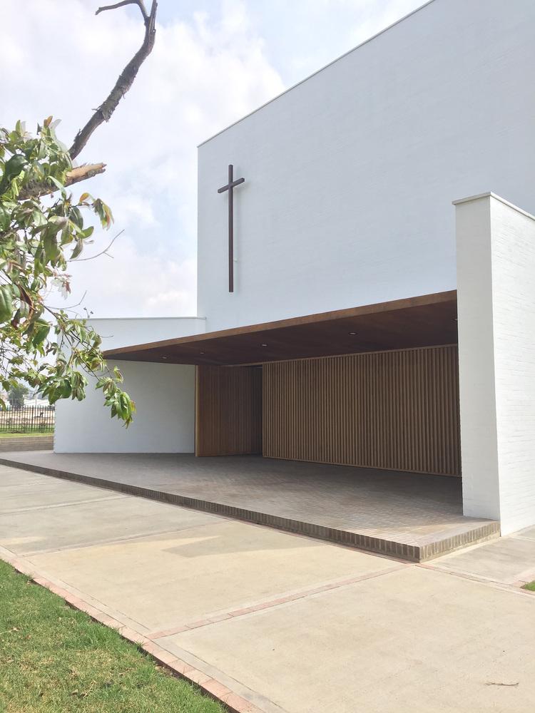 白色的圣塞西莉亚社区教堂-9
