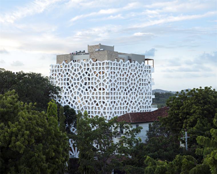 面向大海的白色镂空公寓楼