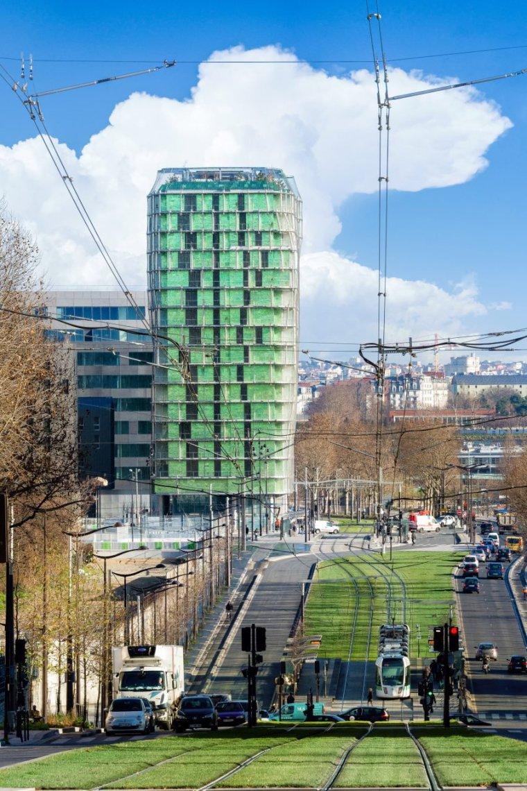 这栋建筑的外部布满了绿植,它在等风来,把种子洒满城市