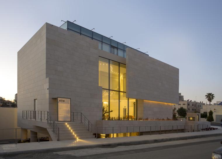 轻透的混凝土玻璃盒:约旦首都银行
