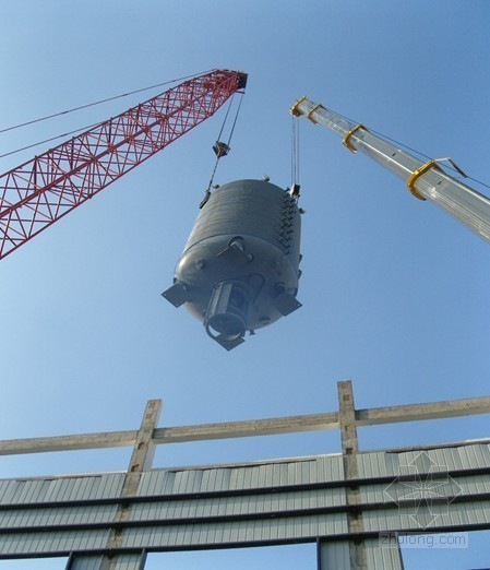 采用300t和250t大型设备双机抬吊完成聚合釜吊装