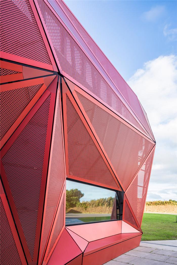 迈饰红色穿孔铝板/冲孔铝板打造音乐中心的雕塑外观