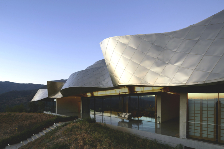 起伏不定的屋顶隐喻山脉的连绵不绝,智利维基酒店