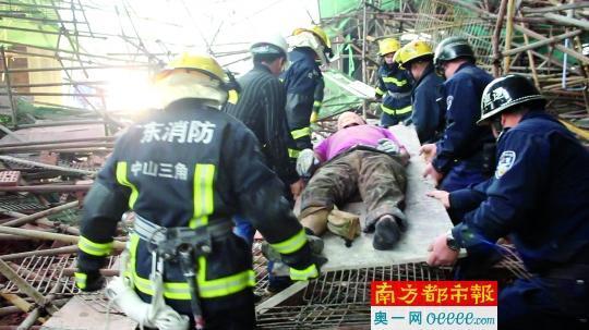 21米高脚手架突然坍塌,3名被困工人半小时获救