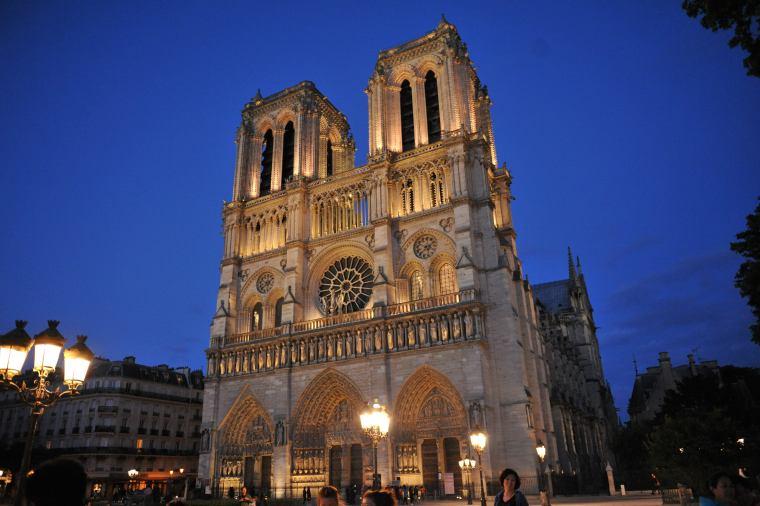 巴黎圣母院遭遇大火,卡西莫多终究也失去了他心爱的钟楼_3