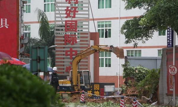 深圳工业园围墙坍塌致路人3死1伤 官方称暴雨引祸