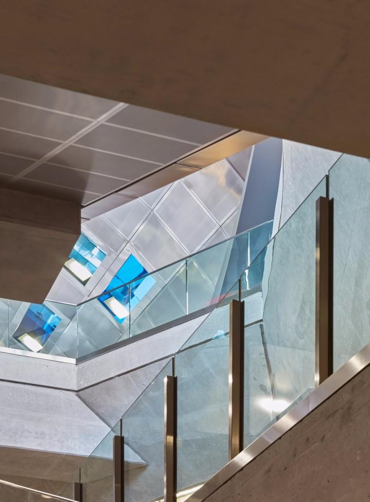 弧形镜面天花板内的地铁站-19