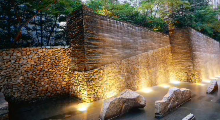 咨询各位大咖:关于大块毛石如何安装在4米高景墙的问题