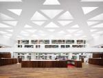 镂空天花板,打造满溢阳光的中庭医学中心