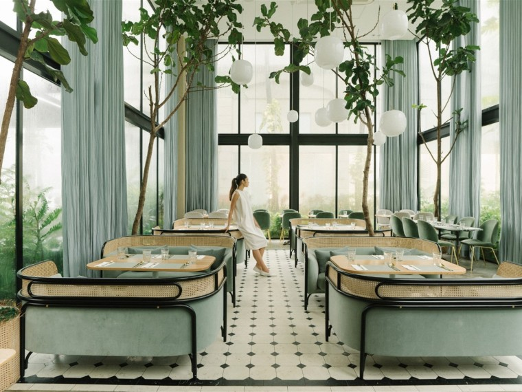 马尼拉充满植物的薄荷绿咖啡馆