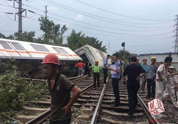 武汉测试地铁翻车!3节车厢出轨!3人受伤
