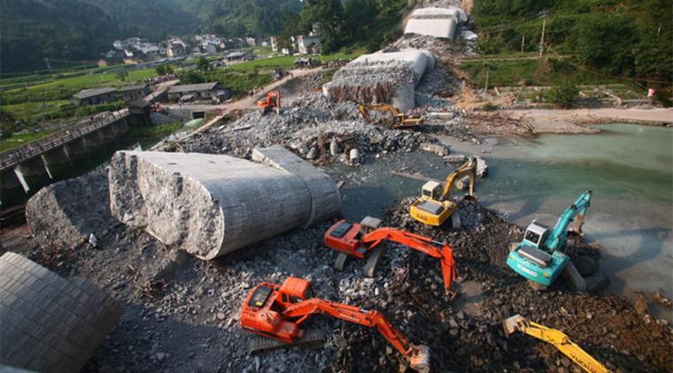 凤凰沱江大桥重大坍塌事故珍贵视频,必须引以为戒!