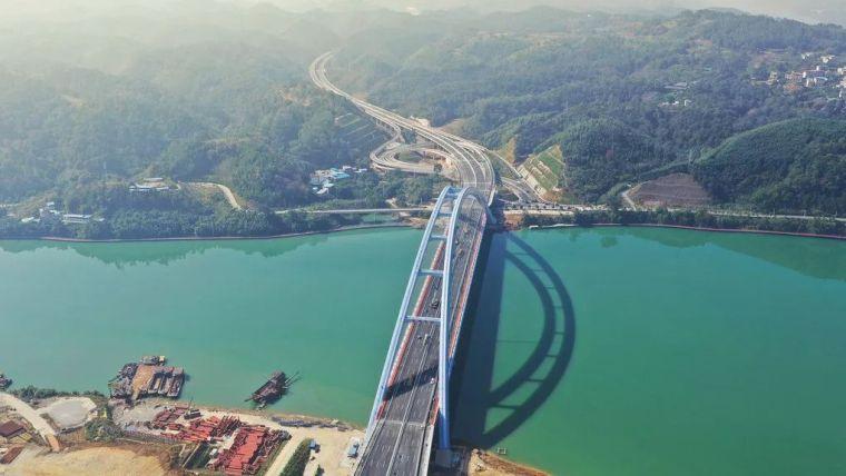 破3项世界纪录 世界最大有推力钢箱拱桥通车