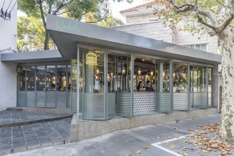 用通透的设计理念,模糊了餐厅室内外之间的界限