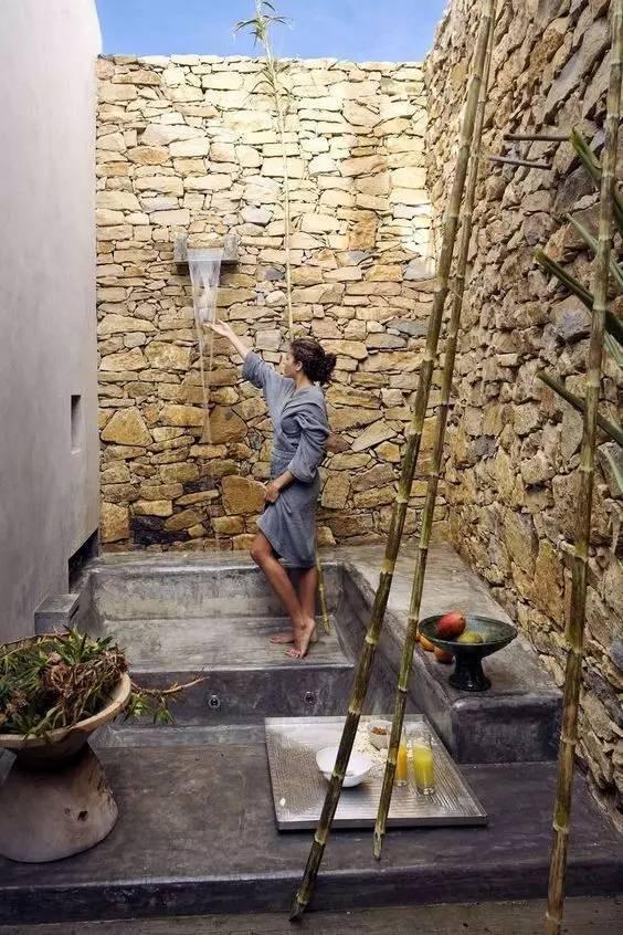 炎炎夏日,于庭院中洗澡再好不过!