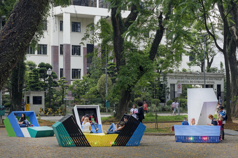 巴西彩色街头灯光座椅装置