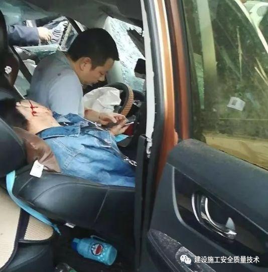 成都温江一工地发生塔吊倒塌事故,造成9人受伤_2
