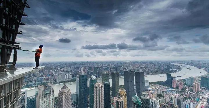 在云端上的透明环廊里跑马拉松 | 这家企业总部是个酷炫未来城