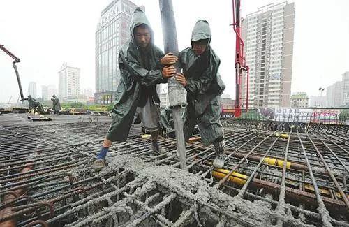 浇筑混凝土中途突然下雨,停还是不停?