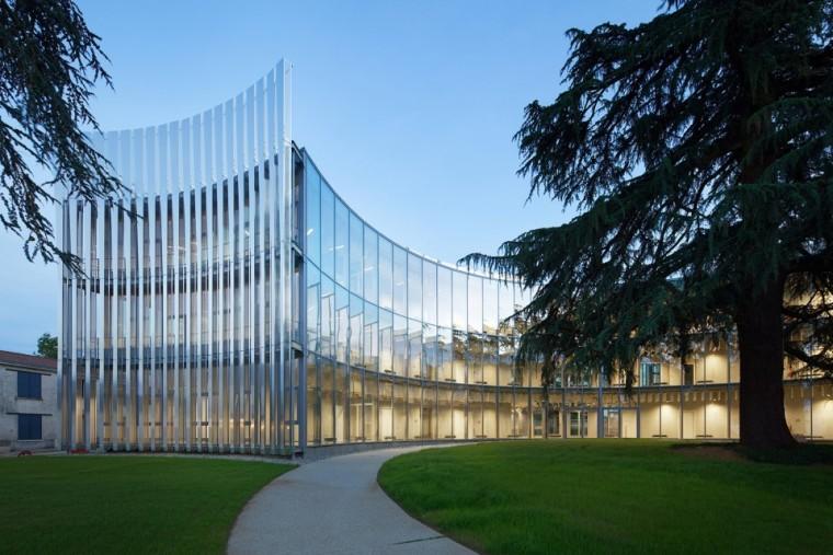 法国那栋与树共生的银色办公楼_9