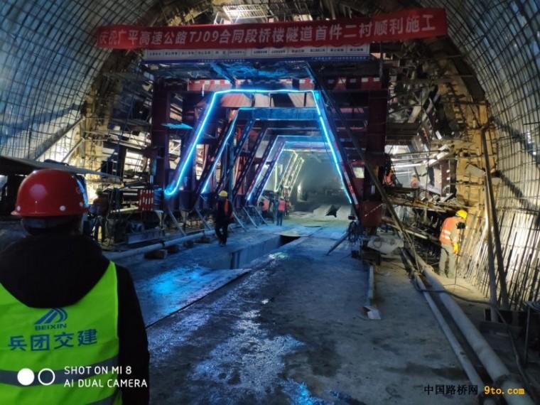 广平高速公路TJ09项目部完成二期工程首件隧道二衬混凝土浇筑
